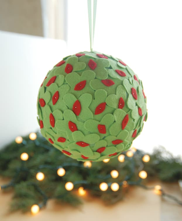MistletoeKissingBall 50 favorite christmas crafts